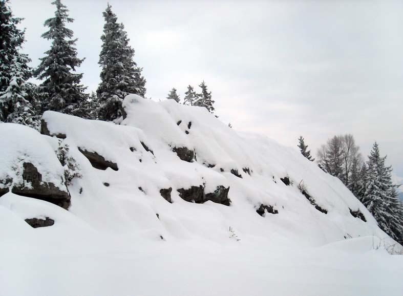 Пысаный камень в снегу