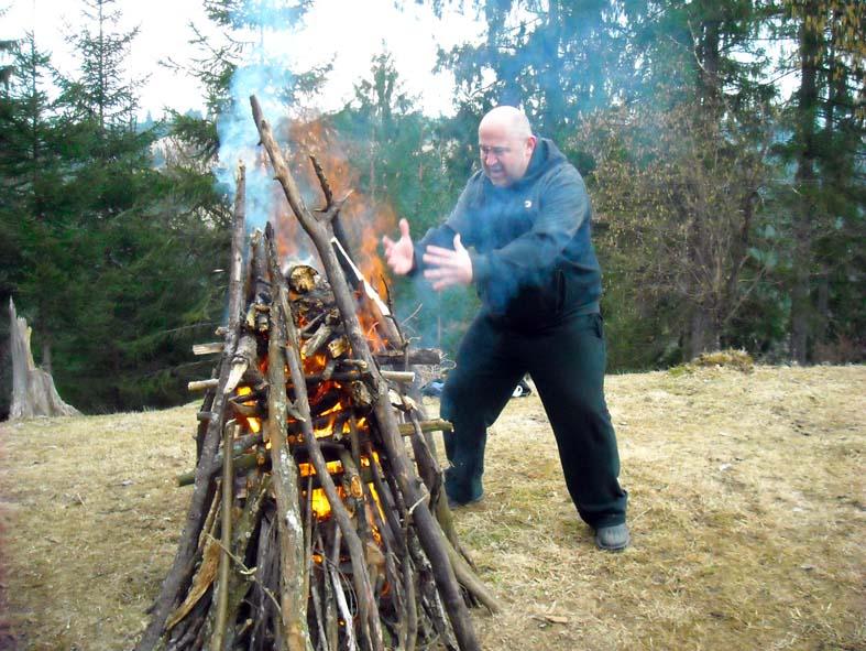 Саша разжигает огонь