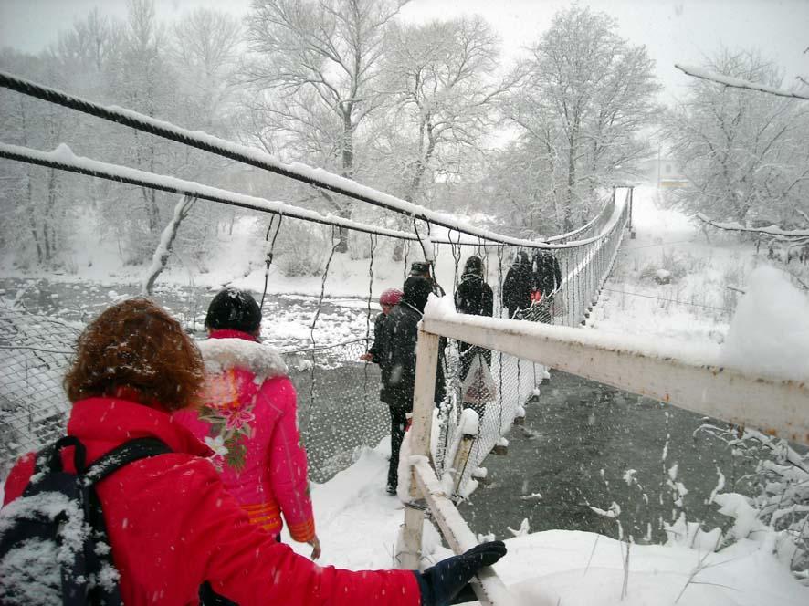 по мосту под снегом