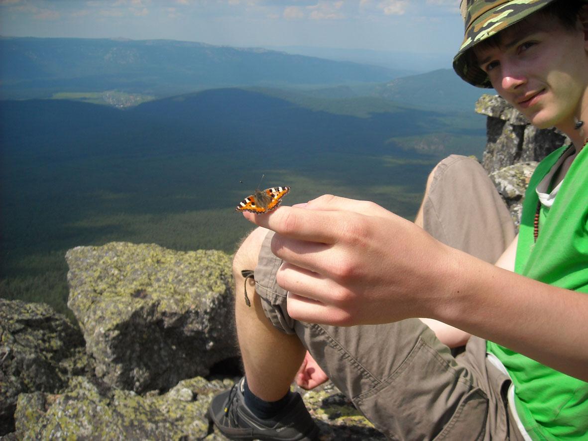 бабочка на пальце Вадима